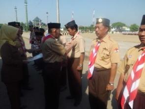 Penyematkan tanda penghargaan Gerakan Pramuka berupa Satya Lencana Pancawarsa kepada 42 anggota Dewasa  Gerakan Pramuka Kwartir Cabang Gowa pada upacara apel besar memperingati Hari Pramuka ke-51 Tahun 2012